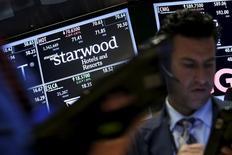 Le groupe chinois Anbang Insurance Group a de nouveau amélioré lundi son offre d'achat sur Starwood Hotels & Resorts, proposant désormais près de 14 milliards de dollars (12,5 milliards d'euros) pour racheter le groupe hôtelier également convoité par Marriott International. /Photo d'archives/REUTERS/Brendan McDermid
