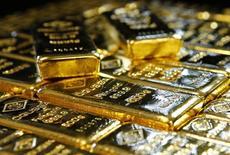 Слитки золота на заводе 'Oegussa' в Вене. 18 марта 2016 года. Цены на золото снижаются, но держатся выше месячного минимума на фоне ослабления доллара и экономической статистики США, которое делает маловероятным повышение процентных ставок ФРС в ближайшее время. REUTERS/Leonhard Foeger