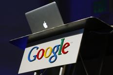 Un computador de Apple se ve sobre un cartel de Google, en Mountain View, California. 9 de febrero de 2010. La Unión Americana de Libertades Civiles dijo el miércoles que había identificado 63 casos en Estados Unidos en los que el gobierno federal había solicitado una orden judicial para obligar a Apple o a Google a facilitar el acceso a dispositivos incautados durante investigaciones. REUTERS/Robert Galbraith/Files
