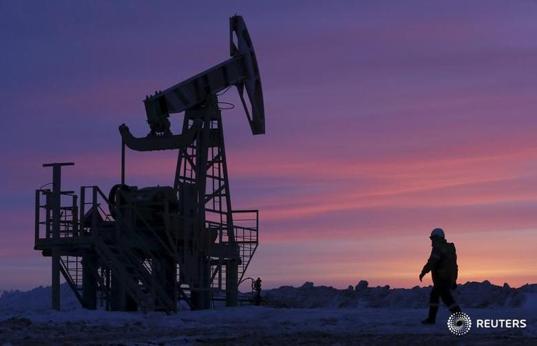 Oil tumbles 4 percent