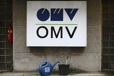 Логотип OMV на АЗС в Вене. 17 февраля 2016 года. Газпром надеется завершить сделку по обмену активами с австрийской OMV в течение 2016 года, сказал глава российской газовой монополии Алексей Миллер в пятницу. REUTERS/Heinz-Peter Bader