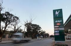 """La Corporación Nacional Petrolera (NOC) de Libia dijo el sábado que está trabajando con el nuevo gobierno de unidad respaldado por Naciones Unidas para coordinar las ventas futuras de crudo y """"dejar atrás un período de divisiones y rivalidades"""". En la imagen, una gasolinera en Bengasi, Libia, el 28 de enero de 2016. REUTERS/Esam Omran Al-Fetori"""
