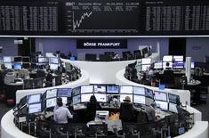 Les Bourses européennes sont passées dans le vert lundi à mi-séance, soutenues par un bon courant d'achat sur les valeurs défensives, alors que le secteur des télécoms a réduit ses pertes en cours de matinée malgré l'annonce de l'échec des négociations en vue d'un rapprochement entre Orange et Bouygues Telecom. À Paris, l'indice CAC 40 prend 0,92% à 4.363,27 points vers 10h30 GMT. À Francfort, le Dax s'adjuge 0,95% et, à Londres, le FTSE progresse de 0,54%. /Photo prise le 4 avril 2016/REUTERS/Staff