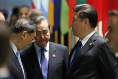 """Председатель Китая Си Цзиньпин (справа) разговаривает с членами китайской делегации на посвященном ядерной безопасности саммите в Вашингтоне 1 апреля 2016 года. Китай во вторник осудил обвинения, последовавший за масштабной утечкой документов из архива панамской юридической фирмы Mossack Fonseca, назвав их """"беспочвенными"""", и принял меры для ограничения доступа к освещению утечек. REUTERS/Jonathan Ernst"""