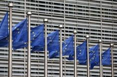 El regulador antimonopolio de la Unión Europea sancionó al productor español de verduras enlatadas Grupo Riberebro con 5,2 millones de euros por haber formado parte en un cártel de champiñones enlatados. En la imagen, banderas de la UE en la sede de la Comisión Europea en Bruselas, el 28 de octubre de 2015. REUTERS/François Lenoir