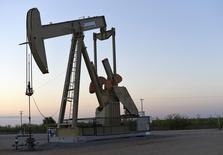 Una unidad de bombeo de crudo de Devon Energy Production operando cerca de Guthrie, EEUU, sep 15, 2015. Los inventarios de crudo en Estados Unidos cayeron de forma inesperada desde niveles récord la semana pasada, al tiempo que las refinerías elevaron la producción, las importaciones bajaron y las reservas de gasolina subieron tras seis semanas de descensos, mostraron el miércoles datos de la gubernamental Administración de Información de Energía (EIA).   REUTERS/Nick Oxford