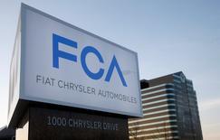 Fiat Chrysler Automobiles (FCA) a annoncé mercredi le licenciement d'environ 1.300 employés et la suppression de l'une des deux équipes travaillant à l'usine de Sterling Heights, dans le Michigan, où est assemblée la Chrysler 200. /Photo d'archives/REUTERS/Rebecca Cook