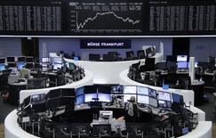 Las acciones europeas avanzaban ligeramente en las primeras operaciones del jueves, respaldadas por las ganancias de las compañías mineras y de salud. En la imagen, operadores en la Bolsa de Fráncfort, el 4 de abril de 2016. REUTERS/Staff