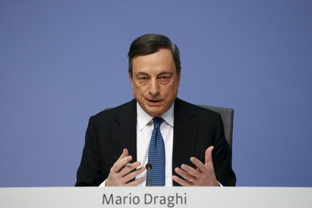 4月7日、欧州中央銀行(ECB)のドラギ総裁は、公表された年次報告書で、世界経済の将来は依然不透明とする一方、新たな衝撃に対する欧州の対応能力に疑問を呈した。写真はフランクフルトで3月撮影(2016年 ロイター/Kai Pfaffenbach)