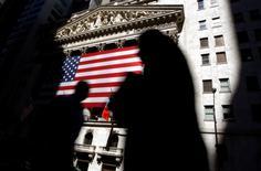Les résultats trimestriels que publieront plusieurs des principales banques américaines au cours des prochains jours ne devraient pas être brillants mais certains analystes espèrent malgré tout qu'une lecture détaillée des comptes et les déclarations des dirigeants permettront aux valeurs du secteur, délaissées par les investisseurs, de repartir de l'avant.  /Photo d'archives/REUTERS/Chip East