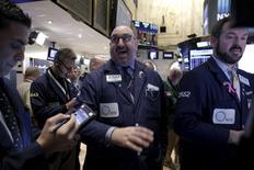 Трейдеры на фондовой бирже в Нью-Йорке. 5 апреля 2016 года. Американские фондовые индексы поднимаются в начале торгов понедельника на фоне подготовки инвесторов к началу сезона корпоративной отчетности, который откроется после закрытия сессии публикацией финансовых результатов Alcoa за первый квартал. REUTERS/Brendan McDermid