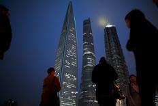 Las reformas del impuesto al valor añadido en China ayudarán a apoyar a la economía y acelerarán los ajustes estructurales, dijo el martes el viceministro de Finanzas, Shi Yaobin, restando importancia a las preocupaciones de que las reformas podrían avivar la especulación inmobiliaria. En la imagen, gente camina por un puente del distrito financiero de Pudong en Shanghai, China, el 5 de abril de 2016. REUTERS/Aly Song