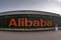 Alibaba, qui va prendre une participation de contrôle dans le distributeur en ligne Lazada, une transaction d'environ un milliard de dollars, à suivre mardi sur les marchés américains. /Photo d'archives/REUTERS