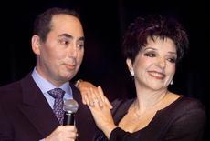 Produtor David Gest e cantora Liza Minnelli durante entrevista.  25/7/2002. Reuters/Robert Galbraith.