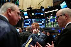 Трейдеры на фондовой бирже в Нью-Йорке. 12 апреля 2016 года. Фондовые индексы США выросли во вторник благодаря подъему энергетических акций на фоне восстановления цен на нефть, в то время как инвесторы скупали бумаги в начале сезона корпоративной отчетности. REUTERS/Lucas Jackson