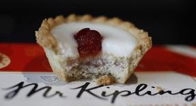 En la imagen, una foto ilustrativa de un pastel de Mr Kipling Cherry Bakewell,  marca de Premier Foods, tomada el 30 de marzo de 2016. El productor de especias estadounidense McCormick Foods abandonó el miércoles sus planes de adquisición de la firma de alimentación británica Premier Foods, al rechazar elevar una oferta de 1.500 millones de libras (2.100 millones dólares). REUTERS/Phil Noble/Illustration