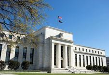 El edificio de la Reserva Federal de Estados Unidos en Washington, abr 3, 2012. La actividad económica de Estados Unidos siguió expandiéndose desde finales de febrero hasta inicios de abril y el bajo desempleo parece estar generando un repunte en el crecimiento de los salarios, dijo el miércoles la Reserva Federal.   REUTERS/Joshua Roberts