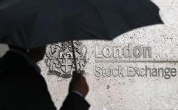 Человек проходит мимо здания Лондонской фондовой биржи 24 августа 2015 года. Европейские фондовые рынки стабилизировались в четверг, замерев вблизи месячных максимумов на фоне неоднозначных квартальных результатов компаний, в то время как цены на нефть вновь снизились. REUTERS/Suzanne Plunkett