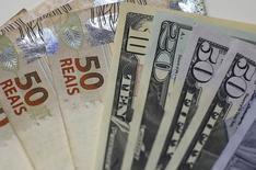 Notas de real e dólar são mostradas em foto ilustrativa no Rio de Janeiro 10/09/2015 REUTERS/Ricardo Moraes
