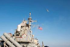 """Фотография, распространенная ВМС США, на которой самолет, выглядящий как российский Су-24, делает боевой заход в направлении американского эскадренного миноносца """"Дональд Кук"""" в Балтийском море. Фото сделано 12 апреля 2016 года и опубликовано 13 апреля. США говорят, что могли сбить российские Су, упражнявшиеся вокруг эсминца. REUTERS/US Navy/Handout via Reuters"""