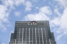 El logo de Citigroup en una de sus oficinas en Londres, Gran Bretaña. 19 de mayo de 2015. Las ganancias trimestrales de Citigroup cayeron un 27 por ciento debido a que el banco reservó dinero para cubrir pérdidas en préstamos de energía y aumentaron sus costos vinculados a la reducción de algunos negocios. REUTERS/Suzanne Plunkett