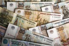 Рублевые купюры в Варшаве 22 февраля 2016 года. Рубль пошел вниз вслед за нефтью во второй половине пятницы перед важной воскресной встречей стран-производителей, однако давление нефтяных котировок компенсировалось появлением корпоративных продавцов валюты на рынке в начавшийся налоговый период и ожиданием роста продаж экспортной валютой выручки во второй половине месяца. REUTERS/Kacper Pempel