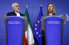 Iran's Foreign Minister Mohammad Javad Zarif and European Union foreign policy chief Federica Mogherini (R) address a joint news conference at the EU Commission headquarters in Brussels, Belgium, February 15, 2016.   REUTERS/Francois Lenoir