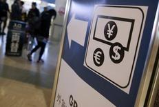 """Вывеска на пункте обмена валют в аэропорту. Сырьевые валюты упали в понедельник, а надёжная иена укрепилась после того как основным нефтедобывающим странам не удалось договориться о заморозке добычи нефти, что спровоцировало новый виток падения цен на """"черное золото"""". ТокиоREUTERS/Yuya Shino"""