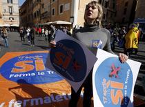 Manifestation à Rome pour l'arrêt des forages. Les Italiens étaient appelés aux urnes ce dimanche pour un référendum sur les forages pétroliers et gaziers en mer mais, faute de participation suffisante, l'initiative lancée par plusieurs assemblées régionales, inquiètes des retombées sur l'environnement et le tourisme, a été mise en échec. /Photo prise le 18 mars 2016/REUTERS/Remo Casilli