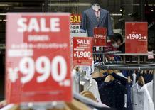 Le projet de hausse de la TVA au Japon l'an prochain sera mis en oeuvre comme prévu sauf crise financière comme celle provoquée par la faillite de Lehman Brothers ou catastrophe naturelle majeure, déclare lundi le Premier ministre Shinzo Abe. La hausse de deux points de la TVA, à 10%, est destinée à réduire la dette publique et le déficit de la sécurité sociale. /Photo d'archives/REUTERS/Yuya Shino