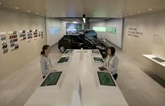 Сотрудники в магазине Rockar Hyundai в торговом центре в Британии 16 сентября 2015 года. Hyundai Motor сообщила во вторник, что будет разрабатывать технологию подключения автомобилей к сети интернет совместно с Cisco Systems.  REUTERS/Peter Nicholls