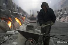 Рабочий на заводе TALCO в Турсунзаде 19 ноября 2012 года. Таджикская алюминиевая компания (TALCO), одно из крупнейших предприятий страны, сообщила во вторник об увольнении 607 рабочих, или семи процентов штата, из-за падения цен на цветной металл. REUTERS/Nozim Kalandarov