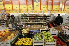 Покупатели в магазине Дикси в Москве 1 декабря 2015 года. Глава Банка России Эльвира Набиуллина видит риски того, что инфляция в стране может надолго остаться на уровне 6-7 процентов, что для регулятора является абсолютно неприемлемым, и ЦБР будет стремиться достичь цели 4 процента к концу 2017 года. REUTERS/Sergei Karpukhin