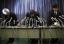 Руководители Mitsubishi Motors Corp  на пресс-конйеренции в Токио. Mitsubishi Motors Corp в среду призналась в фальсификации результатов тестов расхода топлива и намеренном занижении показателей, вследствие чего акции компании рухнули более чем на 15 процентов, потеряв $1,2 миллиарда своей рыночной стоимости.REUTERS/Toru Hanai