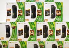 Microsoft a annoncé mercredi qu'il allait arrêter de produire sa console de jeu Xbox 360, un modèle qui a permis au groupe de s'imposer sur le marché des de jeux vidéos mais qui a peu à peu cédé le pas à la Xbox One. /Photo d'archives/REUTERS/Mike Blake