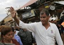 El presidente Rafael Correa en una visita por la localidad de Canoa, afectada por un sismo el sábado, abr 18, 2016. Ecuador está analizando la posibilidad de colocar bonos en el mercado internacional tras el fuerte terremoto de 7,8 de magnitud que asoló el país andino el fin de semana, dijo el miércoles el presidente Rafael Correa. REUTERS/Henry Romero