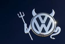 Измененный логотип Volkswagen на автомобиле компании в Ханау 12 ноября 2015 года. Немецкий автомобильный концерн Volkswagen AG заключил рамочное соглашение с американскими властями, согласно которому автопроизводитель предложит выкупить почти 500.000 дизельных автомобилей, которые были оборудованы сложным программным обеспечением, занижающим показатели вредных выбросов, сообщили два источника. REUTERS/Kai Pfaffenbach/Files