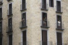 El precio de los alquileres de vivienda en España se incrementó un 3,1 por ciento en el primer trimestre del año, continuando con la tónica predominante en 2015, cuando el precio de la vivienda subió en España por primera vez tras ocho años de crisis en el sector. En la imagen, gente mirando desde apartamentos en el Barrio Gótico de Barcelona, 18 de agosto de 2015. REUTERS/Albert Gea
