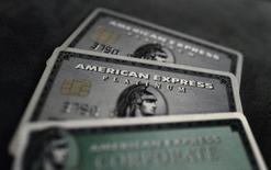 American Express est une des valeurs à suivre jeudi à Wall Street après avoir fait état de la première hausse de son chiffre d'affaires en cinq trimestres, grâce à l'augmentation des dépenses des détenteurs de ses cartes aux Etats-Unis, son premier marché. /Photo prise le 17 mars 2016/REUTERS/Kai Pfaffenbach
