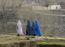 Афганки в национальной одежде идут в районе Ишкашим у таджикской границы 23 апреля 2008 года. Дырявая граница с Афганистаном ставит под удар Таджикистан. REUTERS/Ahmad Masood