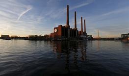 La planta de Volkswagen en Wolfsburgo, Alemania, dic 8, 2015. Volkswagen está aumentando sus provisiones por el escándalo en la manipulación de emisiones a entre 10.000 millones de euros (11.340 millones de dólares) y 20.000 millones de euros, desde los 6.700 millones de euros actuales, dijeron el jueves dos personas familiarizadas con el tema.   REUTERS/Carl Recine/Files