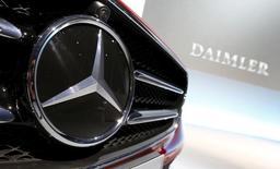 Daimler a publié vendredi un résultat d'exploitation en baisse de 9%, un nouveau record de ventes en Chine, premier marché automobile mondial, ne permettant pas de compenser les coûts de lancement de la nouvelle Mercedes Classe E et des effets de change négatifs. /Photo prise le 4 février 2016/REUTERS/Michaela Rehle
