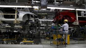 Factory workers assemble Toyota 86 rear-wheel-drive sports cars at Fuji Heavy Industries Ltd's Gunma Main Plant in Ota, Gunma prefecture in this March 16, 2012 file photo.   REUTERS/Toru Hanai/File Photo