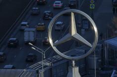 Логотип Mercedes-Benz, бренда Daimler, в Москве. 5 апреля 2016 года. Акции Daimler потеряли более 6 процентов в пятницу на новостях о том, что Минюст США потребовал от автопроизводителя проверить процедуру сертификации выбросов автомобилей, включая бренд Mercedes. REUTERS/Maxim Shemetov/File Photo