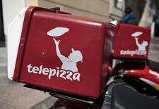 El grupo de pizzas a domicilio Telepizza ha estrechado el rango de precios para su salida a bolsa a entre 7,75 y 8,75 euros por acción, desde un rango inicial de 7-9,5 euros, dijo el viernes un colocador. En la imagen, logos de Telepizza en motos de reparto en uno de sus locales en Madrid, el 5 de abril de 2016. REUTERS/Andrea Comas