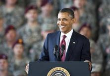 """Президент США Барак Обама выступает перед военными в Форт-Брагге, Северная Каролина 14 декабря 2011 года. Обама в понедельник объявит о намерении отправить в Сирию дополнительно 250 военных на помощь местным силам в борьбе с """"Исламским государством"""", сообщил Вашингтон. REUTERS/Chris Keane"""