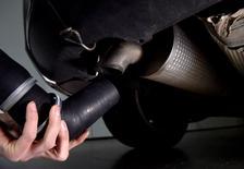 PSA Peugeot Citroën indique que sur ses 15 véhicules diesel testés à ce jour par la Commission Royal, quatre ont affiché des dépassements pour leurs émissions d'oxydes d'azote (NOx), sur certains essais, sans justifier pour autant le rappel des modèles concernés. /Photo prise le 11 mars 2016/REUTERS/Hannah McKay