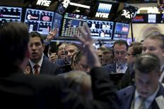 Traders work on the floor of the New York Stock Exchange (NYSE) in lower Manhattanin, New York, U.S., April 20, 2016. REUTERS/Brendan McDermid  -