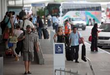 Unos turistas en el aeropuerto mexicano de Cancún, oct 26, 2011. La utilidad neta del operador mexicano de aeropuertos Asur se incrementó en un 24.7 por ciento en el primer trimestre del 2016 a tasa interanual, dijo el lunes la compañía, apoyada en mayores ingresos y un alza de casi nueve por ciento en el volumen de pasajeros.  REUTERS/Victor Ruiz Garcia