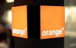El mayor operador de telecomunicaciones de Francia, Orange, dijo el martes que el beneficio operativo del primer trimestre se vio afectado por costes laborales extraordinarios por un total de cerca de 200 millones de euros. En la imagen, un logo de Orange en un centro comercial en Niza,el 8 de marzo de 2016. REUTERS/Eric Gaillard/File Photo